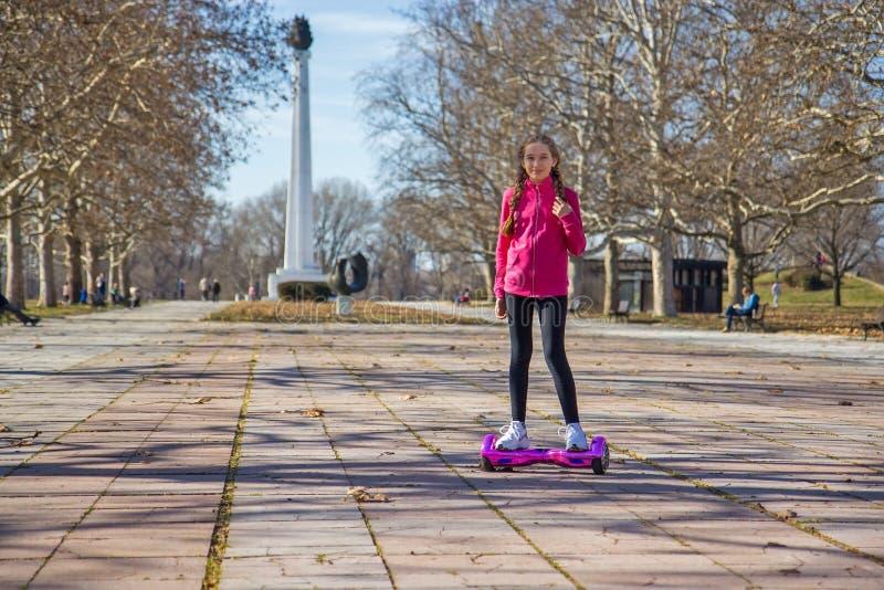 Fille sur le hoverboard photographie stock libre de droits