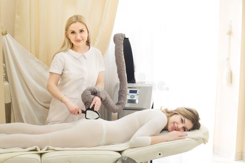 Fille sur le massage d'anti-cellulites photo stock