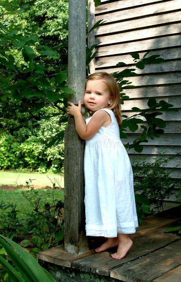 Fille sur le porche de cabine photographie stock