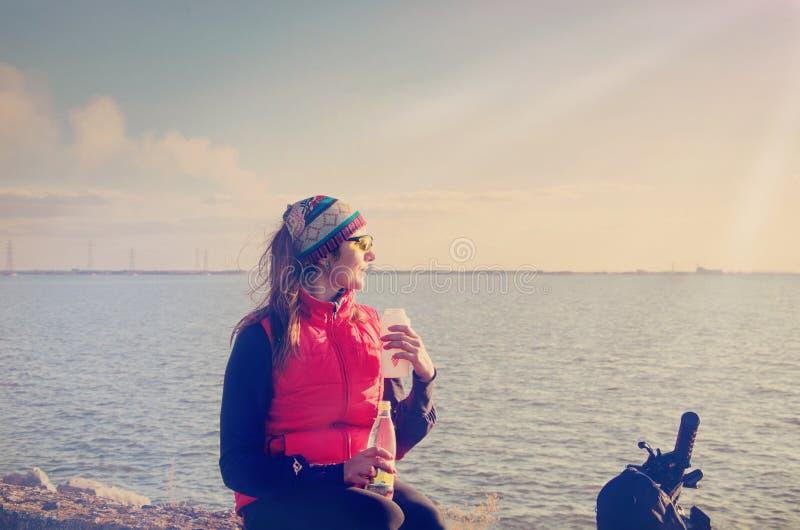 fille sur le rivage de la baie photos libres de droits
