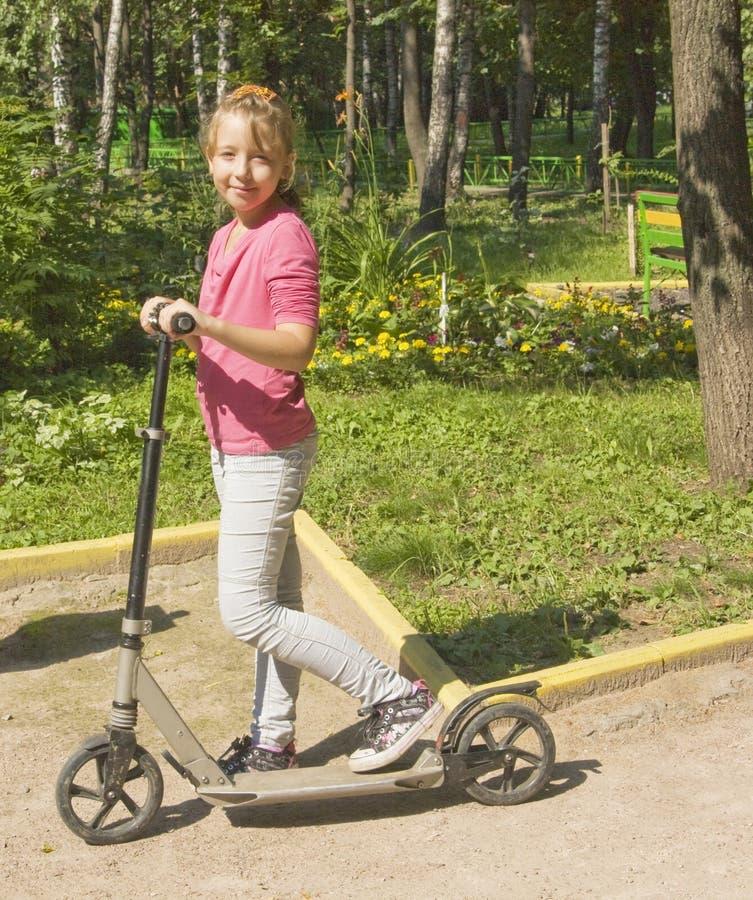 Fille sur le scooter image stock