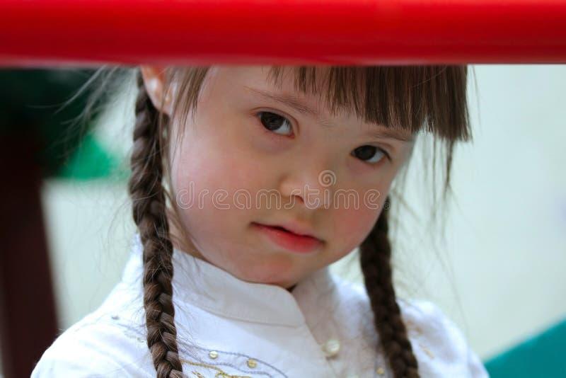 Fille sur le terrain de jeu. photos libres de droits