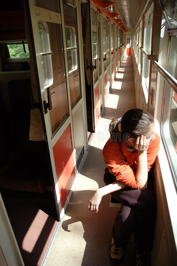 Fille sur le train photo libre de droits