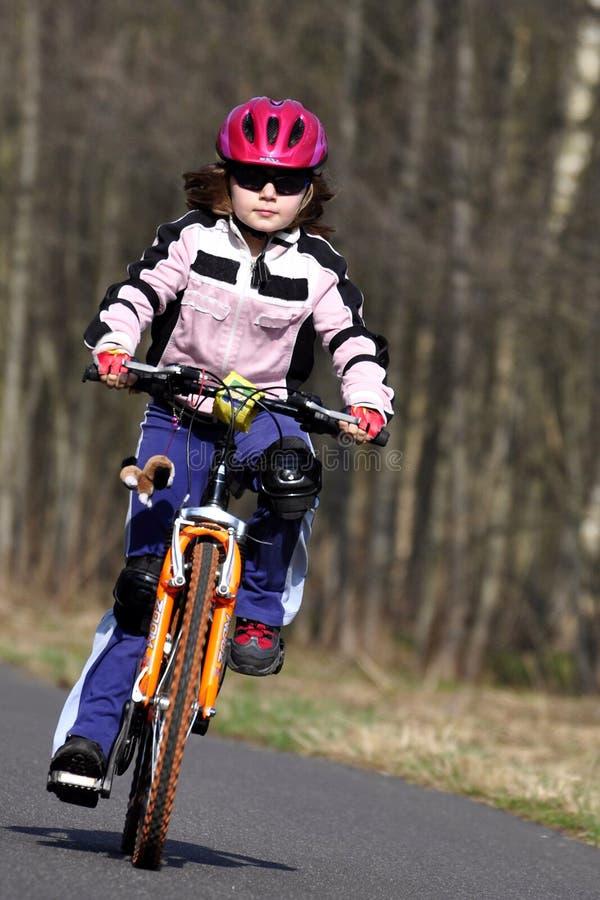 Fille sur le vélo image libre de droits