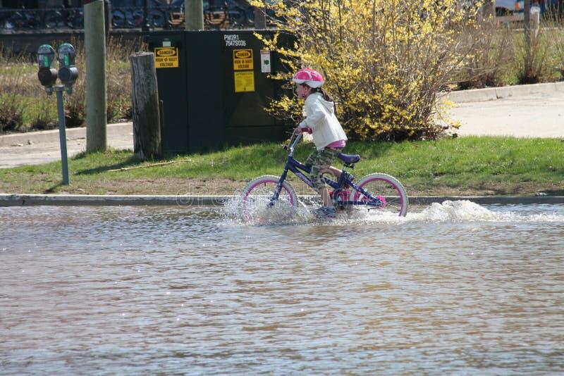 Fille sur le vélo photo stock