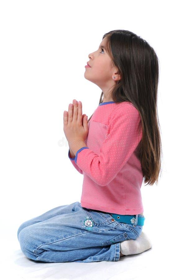 Fille sur sa prière de genoux image libre de droits