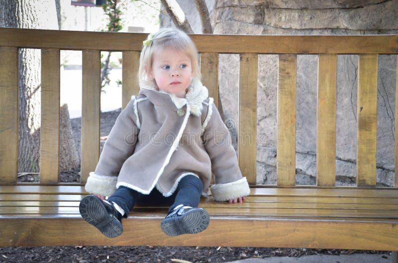 Fille sur un banc 3 photographie stock libre de droits