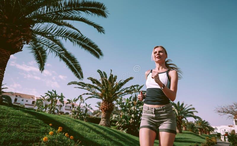 Fille sur un essai égalisant parmi des palmiers photos libres de droits