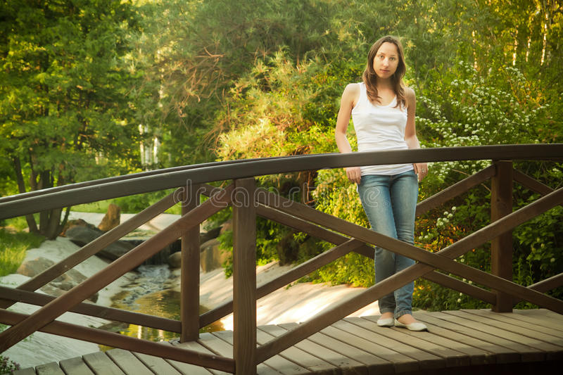 Fille sur un pont photos stock