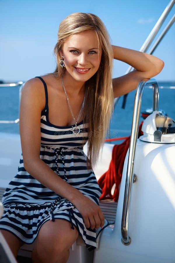 Fille sur un yacht images libres de droits