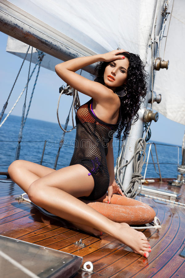 Fille sur un yacht photo libre de droits