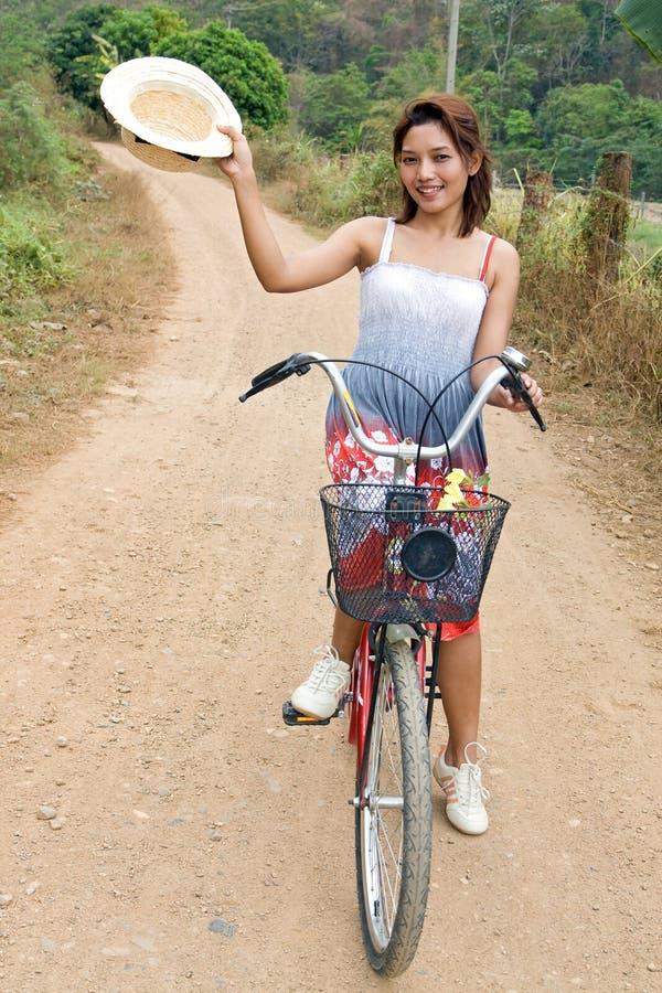 Fille sur une bicyclette photos stock