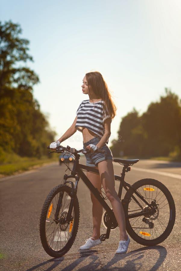 Download Fille Sur Une Bicyclette Au Coucher Du Soleil Image stock - Image du vacances, femelle: 77161719