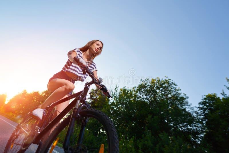 Download Fille Sur Une Bicyclette Au Coucher Du Soleil Photo stock - Image du sport, bicyclette: 77162312