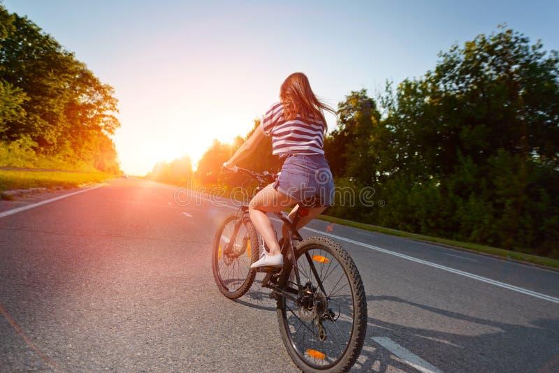 Download Fille Sur Une Bicyclette Au Coucher Du Soleil Photo stock - Image du beau, actif: 77162970