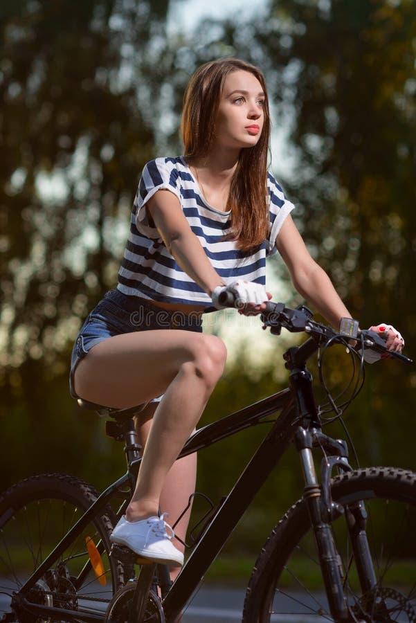 Download Fille Sur Une Bicyclette Au Coucher Du Soleil Image stock - Image du route, bicyclette: 77163193