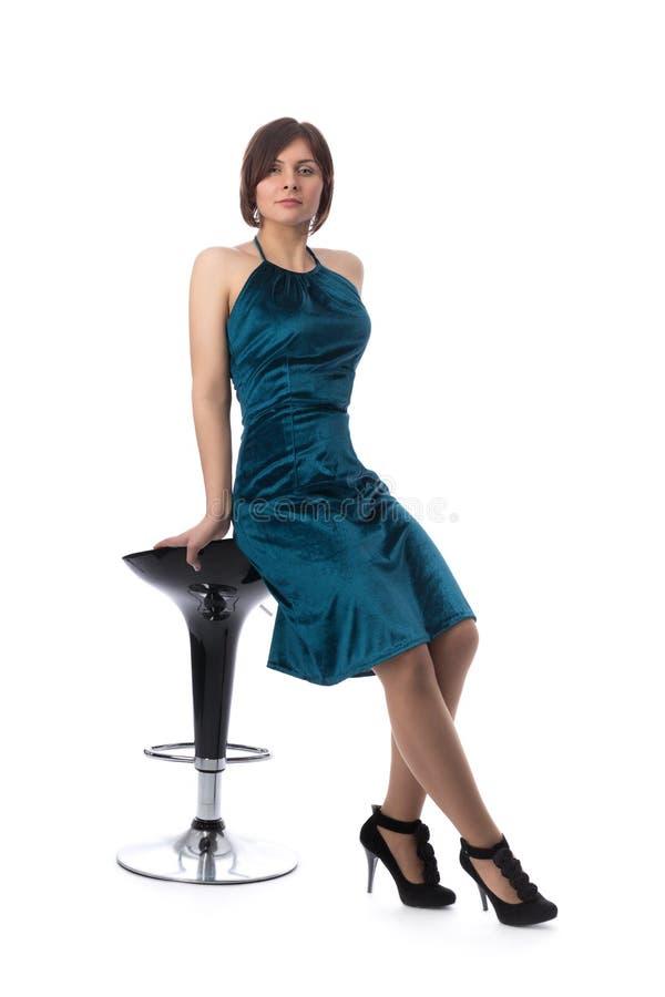 Fille sur une chaise de barre dans le studio, isolat photographie stock