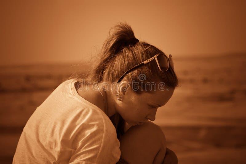 Fille sur une colline dans le désert Gens du commun Effet - sépia photos libres de droits