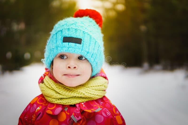 Fille sur une promenade dans les bois d'hiver photographie stock