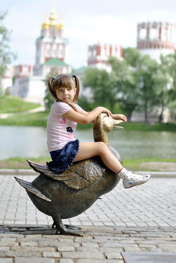 Fille sur une promenade en stationnement images libres de droits