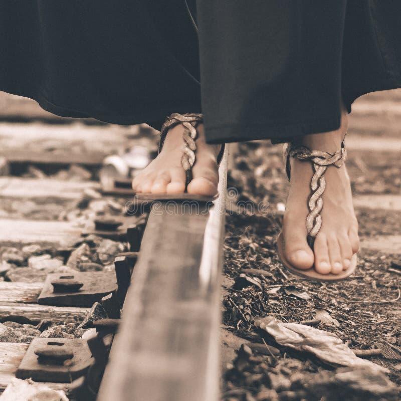 Fille sur une voie ferrée photo libre de droits
