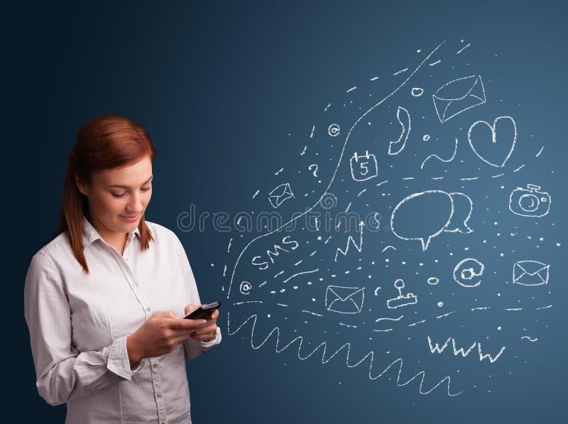 Fille tapant sur le smartphone avec de divers graphismes modernes de technologie photo libre de droits
