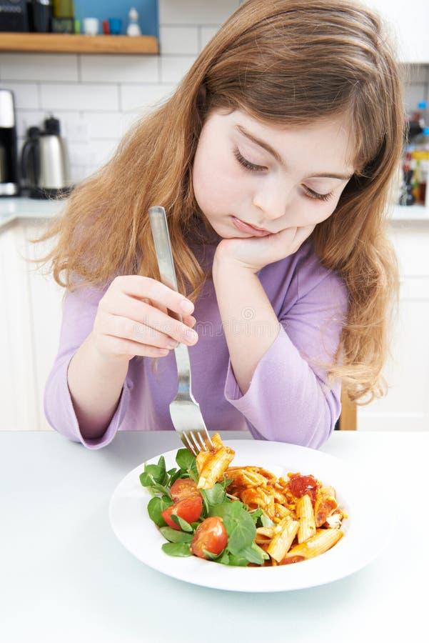 Fille tatillonne avec le repas sain à la maison photo stock