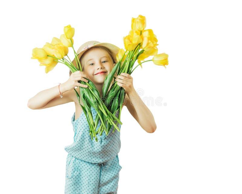 Fille tenant dans chaque main un bouquet des tulipes jaunes images stock