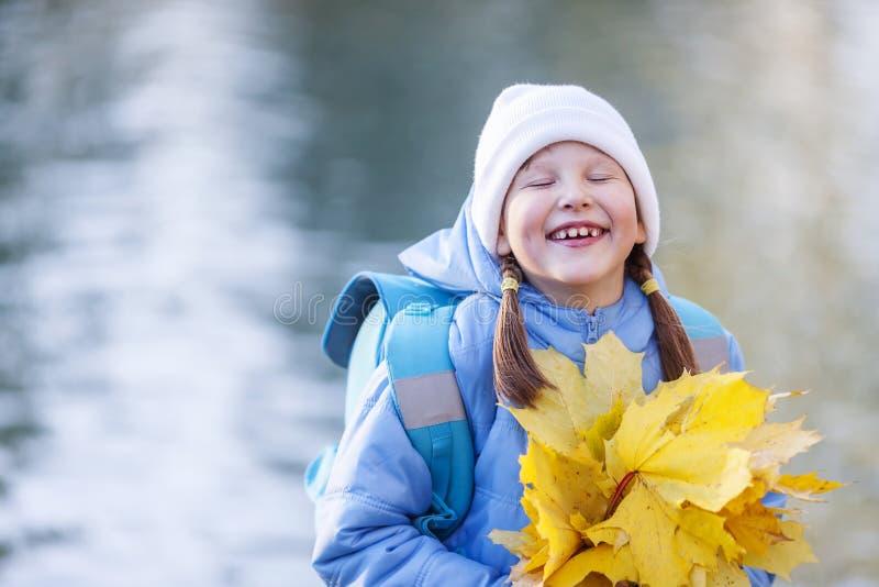 Fille tenant des feuilles d'érable photos libres de droits