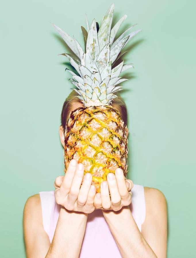 Fille tenant l'ananas photos libres de droits
