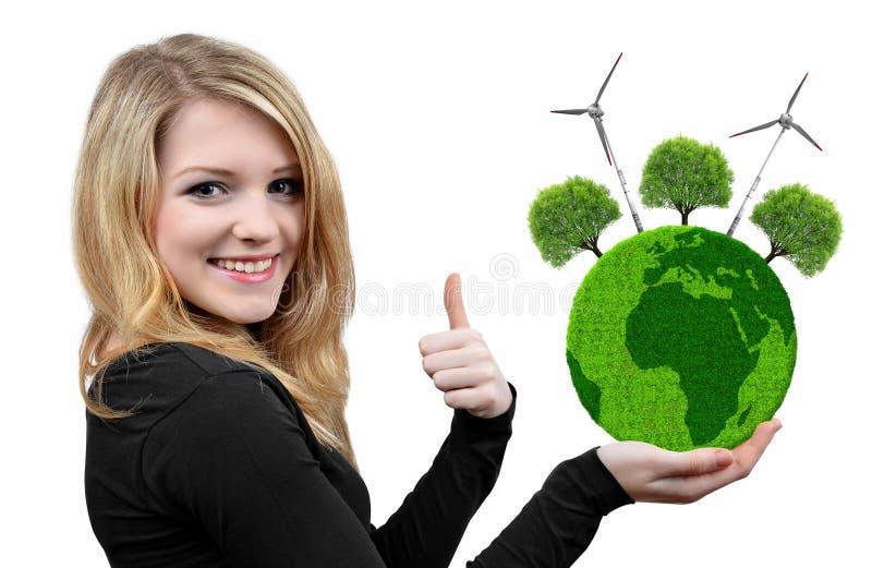 Fille tenant la planète verte disponible image libre de droits
