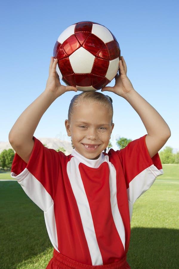Fille tenant le ballon de football photo stock