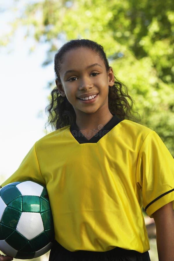 Fille tenant le ballon de football image stock