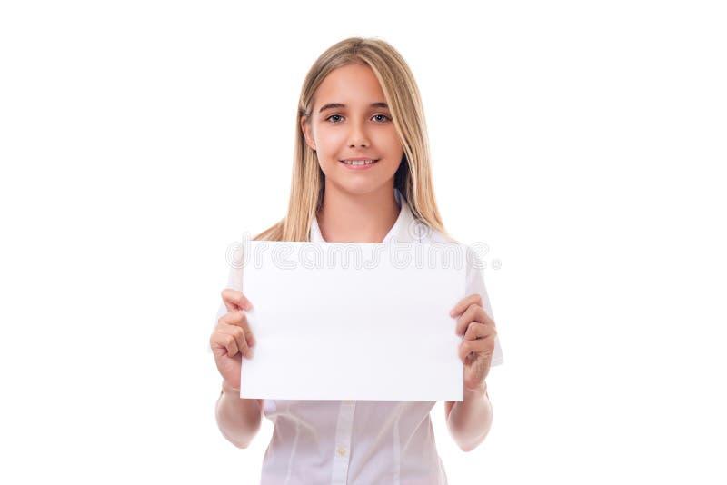 fille tenant le panneau de signe de publicité, d'isolement photo stock