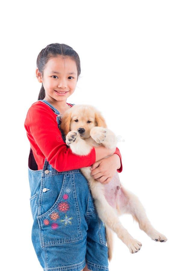 Fille tenant son chien et sourires au-dessus de blanc images stock