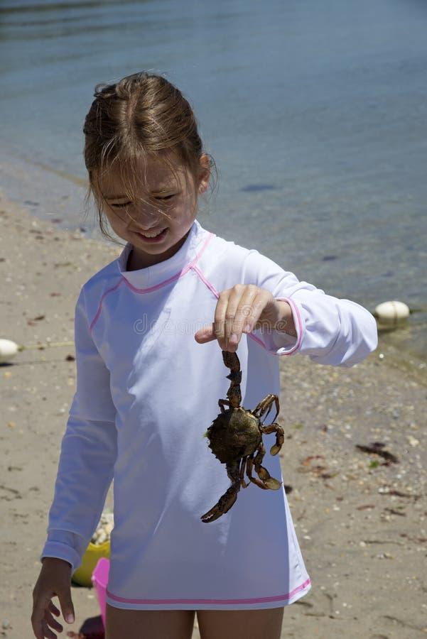 Fille tenant un crabe photo libre de droits