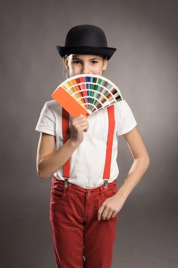 Fille tenant une palette de pantone photographie stock libre de droits