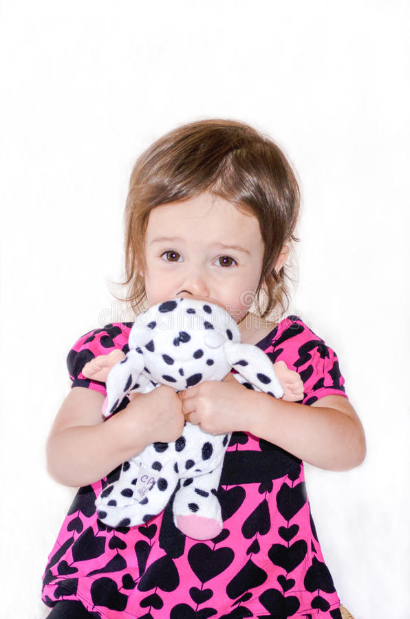 Fille timide et jouet bourré photo libre de droits