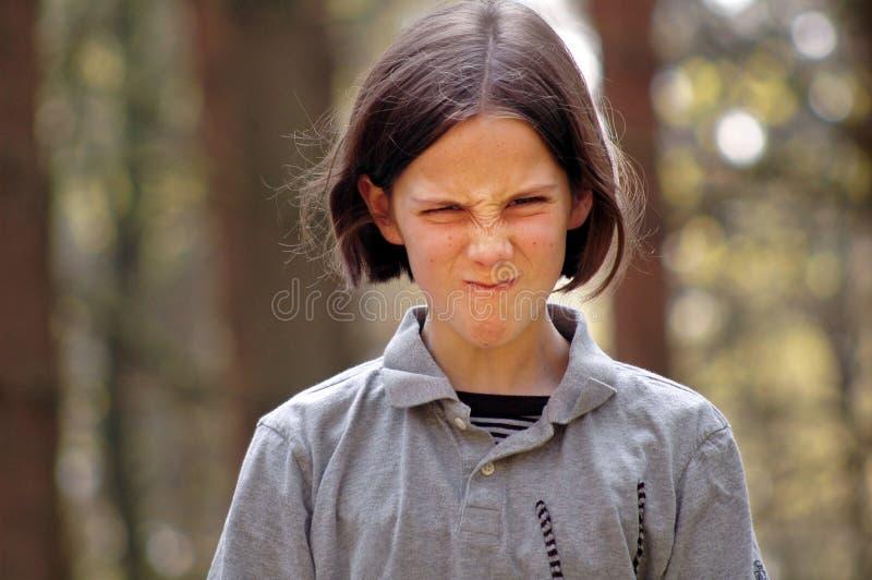 Fille tirant le visage drôle photographie stock libre de droits