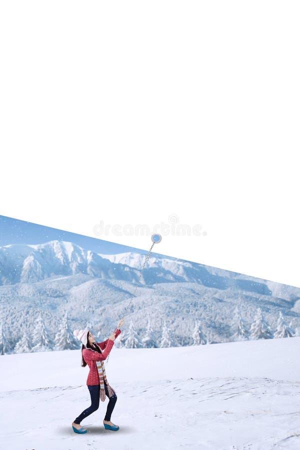 Fille tirant un copyspace près de la montagne neigeuse image libre de droits