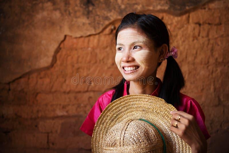 Fille traditionnelle de Myanmar regardant loin. photo libre de droits