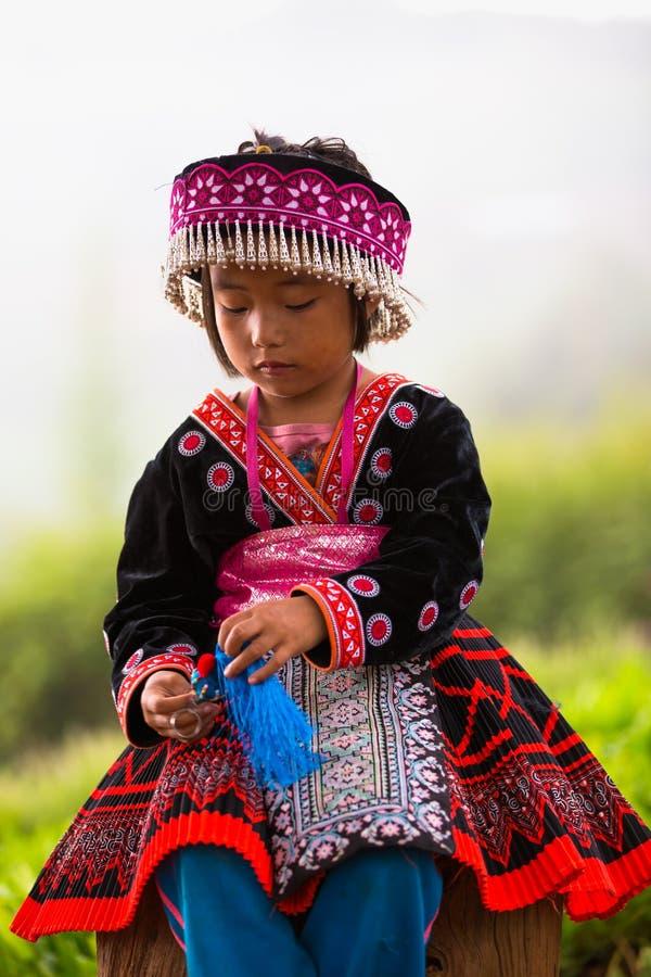 Fille tribale d'Akha d'enfants avec les vêtements traditionnels et les bijoux argentés images libres de droits