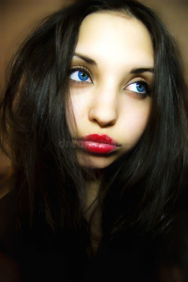 Fille triste avec les yeux bleu-foncé images stock