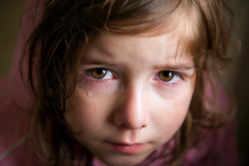 Fille triste avec une larme de crocodile images stock