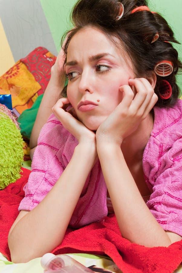 Fille triste dans la robe rose photographie stock libre de droits