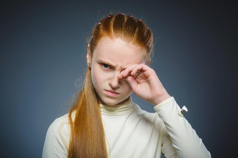 Fille triste de plan rapproché avec l'expression soumise à une contrainte inquiétée de visage photo stock