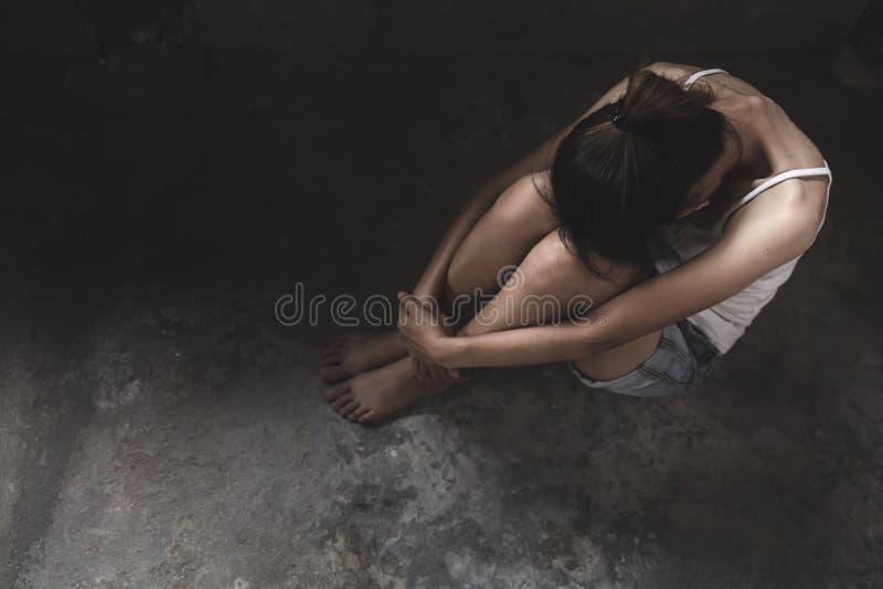 Fille triste et seule pleurant avec une main couvrant son visage Fille soumise ? une contrainte et d?prim?e touchant sa t?te, con photo stock