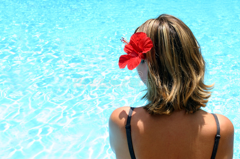 Fille tropicale par Pool photo stock