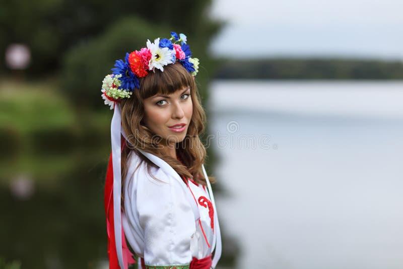 Fille ukrainienne sur les banques de la rivière image libre de droits