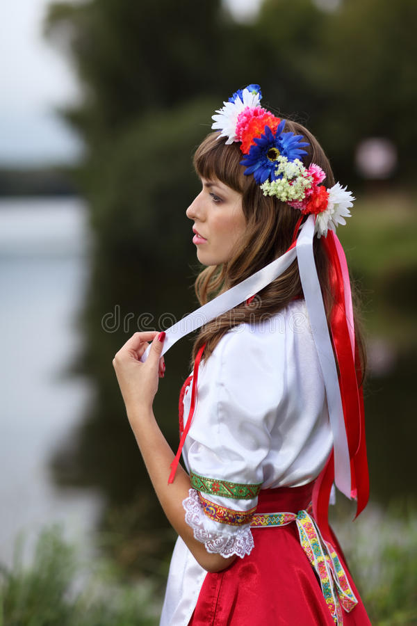 Fille ukrainienne sur les banques de la rivière images libres de droits